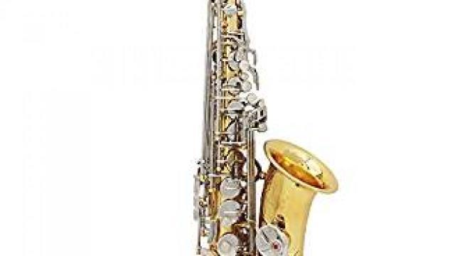 Saxophone dore dans sa caisse